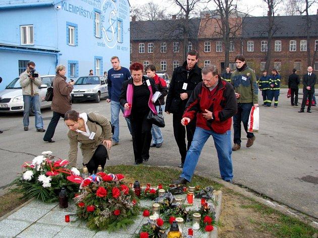 Lidé položením věnců ve Studénce uctili osm obětí vlakového neštěstí před třemi měsíci.