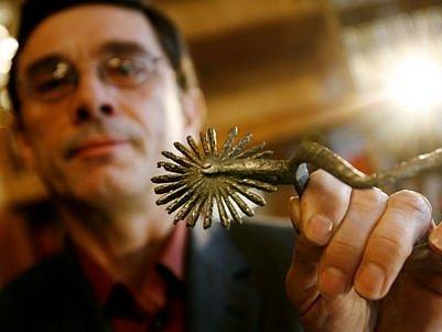 NEČEKANÁ POZŮSTALOST. Pan Tůma nahromadil ve svém bytě několik tisíc předmětů nedozírné historické ceny.