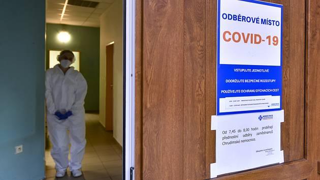 Zdravotnice na odběrovém místě pro testování na nemoc covid-19. Ilustrační snímek