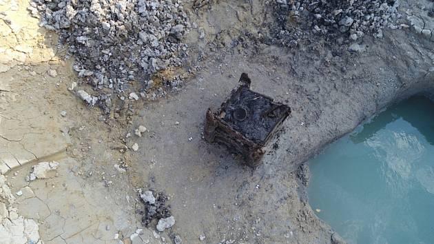 Dřevěná studna nalezená archeology během výzkumu pod budoucí dálnicí D35 mezi Opatovicemi nad Labem a Ostrovem