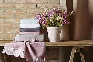 Chybu neuděláte, když zvolíte květinové motivy, ať už na keramice, nebo textilu. Nezapomeňte na nejlepší dezénový doplněk – živé květiny, které se do venkovského stavení hodí nejlépe.