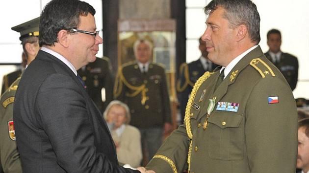Ministr obrany Alexandr Vondra v areálu Vojenského historického ústavu na Vítkově udělil 32 resortních vyznamenání