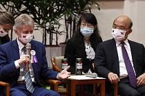 Předseda Senátu Miloš Vystrčil (vlevo) se setkal 2. září 2020 v Tchaj-peji s tchajwanským premiérem Su Čen-čchangem