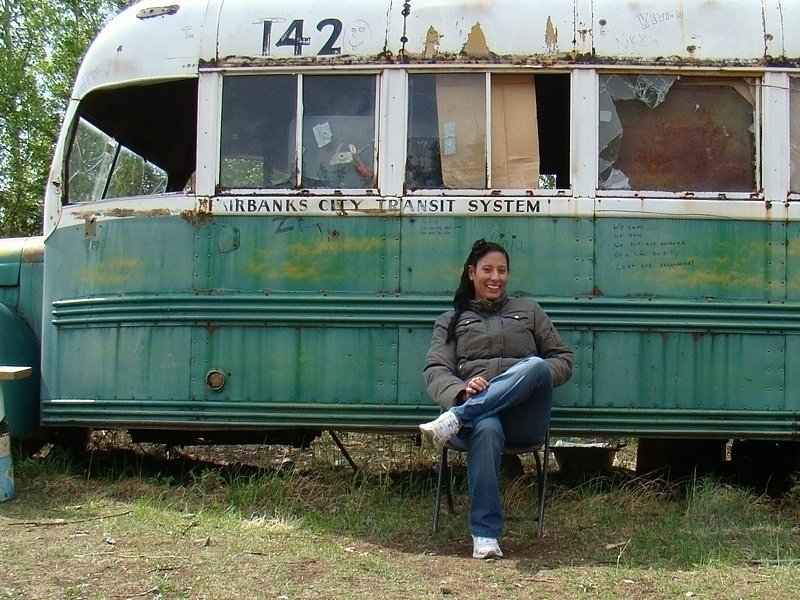 Lidé se před magickým autobusem rádi fotografovali ve stejné póze jako Chris
