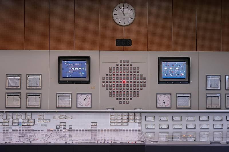 Po filmařích zůstalo na hodinách za pět dvanáct. Kontrolní a řídicí místnost. Rakouská jaderná elektrárna Zwentendorf.