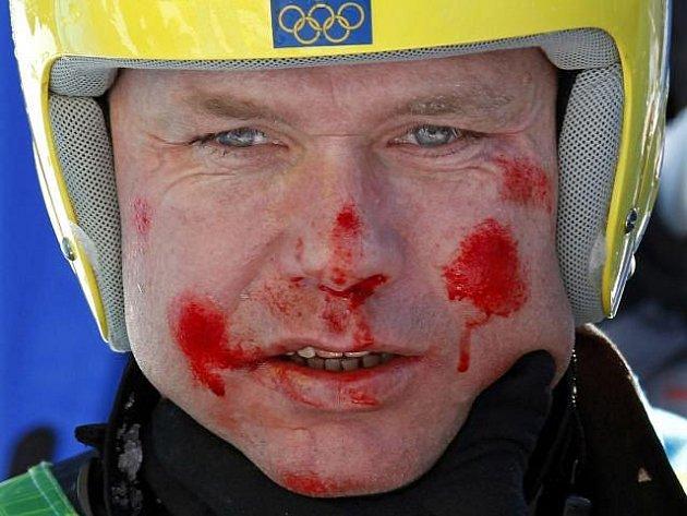 Tvář Patrika Järbyna po pádu v olympijském superobřím slalomu.