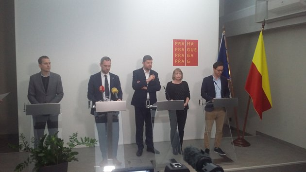 Zleva: Jan Čizinský, Zdeněk Hřib, Jiří Pospíšil Hana Marvanová a Adam Zábranský.