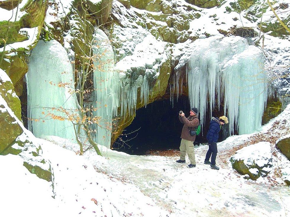 Nedaleko obce Pasečnice se nachází jeskyně Salka, ve které se už v 17. století těžila břidlice. Dnes je sluj zaplavená vodou.