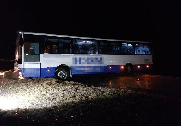Na Orlickoústecku havaroval na ledovce autobus.