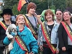 Therese Van Belle s psíkem mezi finalistkami soutěže