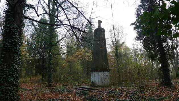 Bohnický hřbitov byl založen na začátku 20. století a pohřbíváni tu byli pacienti, ale také zaměstnanci z nedalekého Ústavu pro choromyslné.