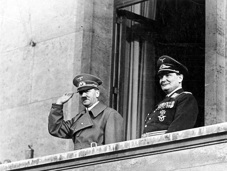Adolf Hitler spolu s říšským maršálem letectva Hermannem Göringem. Ten se začínal stále více obávat sílících ztrát německého bombardovacího letectva