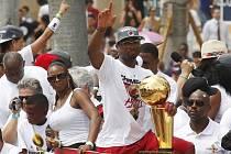Hvězda Miami Dwyane Wade s trofejí pro šampiony NBA.