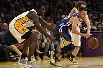 Stephen Curry uniká protihráčům z Los Angeles Lakers.