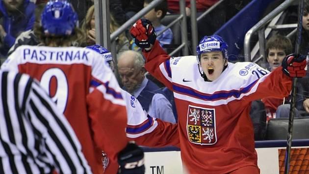 Čeští hokejisté se radují David Pastrňák (vlevo) a Patrik Zdráhal se radují z gólu proti Rusku.