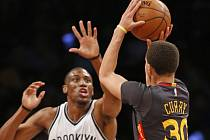 Thaddeus Young z Brooklynu (vlevo) a Stephen Curry z Golden Stete.