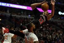 Joakim Noah z Chicaga (vpravo) faulován Tysonem Chandlerem z NY Knicks.