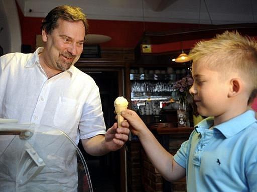 Předseda Věcí veřejných Radek John rozdával 30. června v Praze školákům zmrzlinu v rámci akce Zmrzlina za vysvědčení.