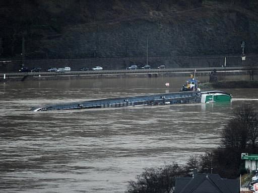Na řece Rýn na západě Německa se převrátil tanker naložený 2400 tunami kyseliny sírové.