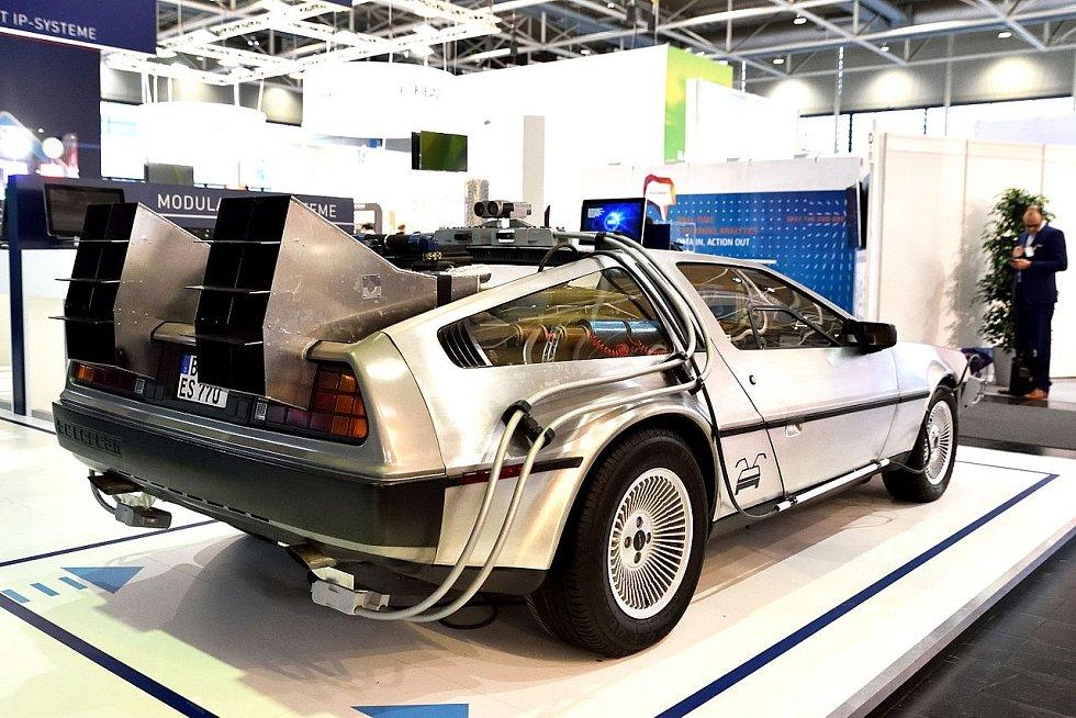 Hrdinové Návratu do budoucnosti cestovali ve speciálně upraveném autě, které se před pěti lety představilo na veletrhu CeBIT 2016 v Hannoveru