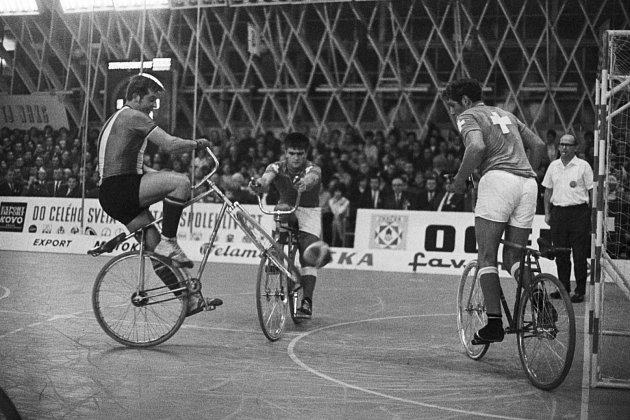 Mistrovství světa vsálové cyklistice vOstravě vroce 1970.Čs. reprezentanti vkolové bratři Jan a Jindřich Pospíšilové vutkání se Švýcary. Na snímku je zachycen při střelbě Jindřich.
