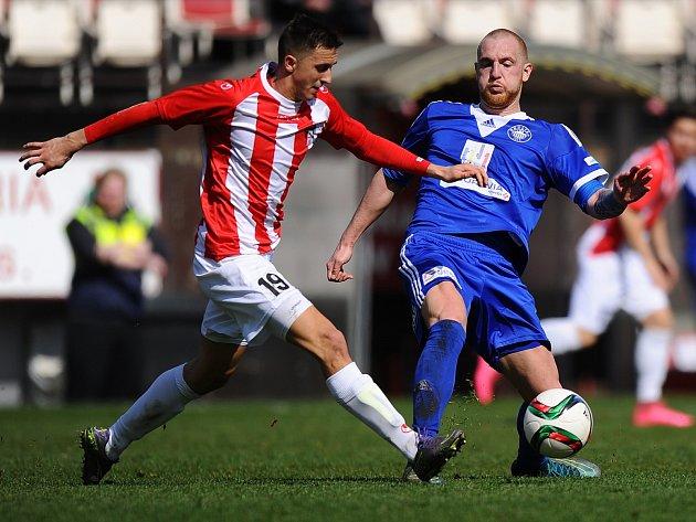 POD ŽIŽKOVSKOU VĚŽÍ PADLI. Kolínský Michal Kouřil (v modrém) v souboji s Vojtěchem Gebertem. Jeho Viktoria zápas vyhrála 2:0.