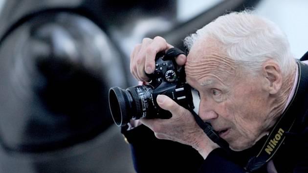 Ve věku 87 let zemřel v sobotu dlouholetý módní fotograf deníku The New York Times (NYT) Bill Cunningham.