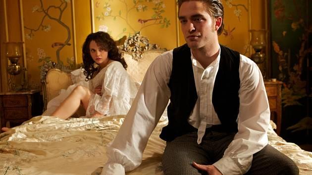 MILÁČEK. Georges Duroy, Maupassantův bezohledný hrdina, těží z přízně žen a absence vlastní morálky (Christina Ricciová a Robert Pattinson).