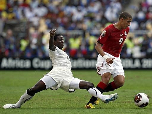 Reprezentant Egypta Mohamed Zidan (vpravo) v souboji ve finále mistrovství Afriky s Anthony Annanem u Ghany.