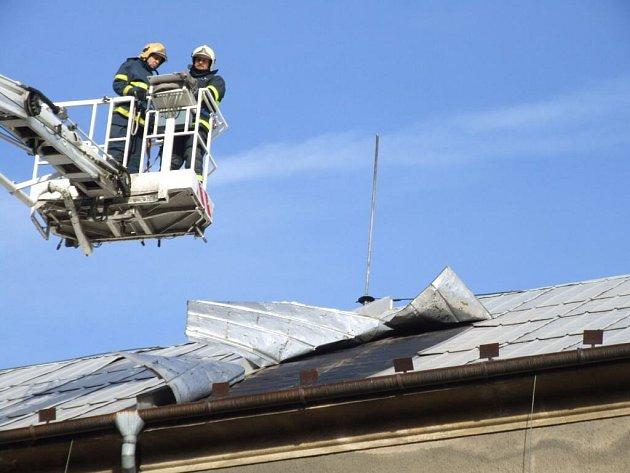 Profesionální a dobrovolní hasiči v mnoha koutech republiky vyjížděli k událostem, které způsobil silný vítr.