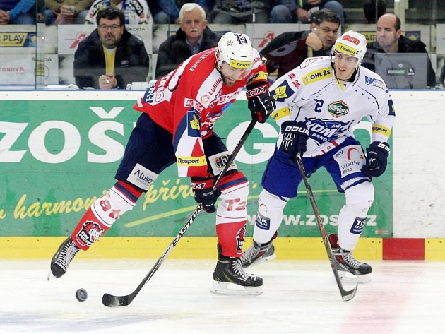 Hokejisté Brna (v bílém) proti Pardubicím.
