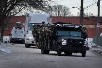 Střelec zabil v továrně ve městě Aurora v americkém státě Illinois pět lidí