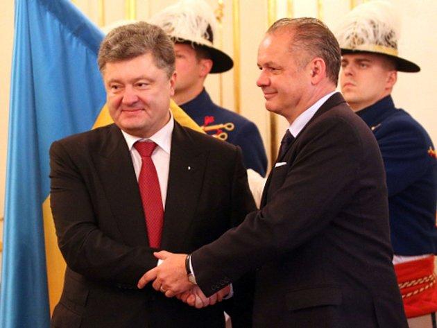 Evropská unie musí využívat sankce, aby zabránila porušování mezinárodního práva, řekl v Bratislavě slovenský prezident Andrej Kiska po schůzce s ukrajinským kolegou Petrem Porošenkem.