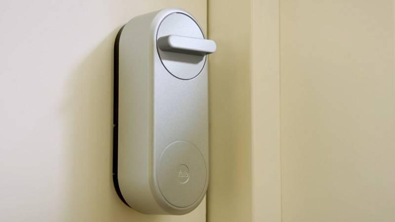 Chytrý zámek Linus Yale. Prostřednictvím mobilní aplikace Yale Access lze zámek zamykat a odemykat odkudkoli je zrovna potřeba.