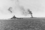 Americké bitevní lodě Tennessee a Zellars zasažené japonskými kamikaze