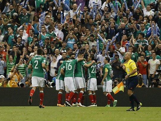 Fotbalisté Mexika slaví vítězství nad Kanadou