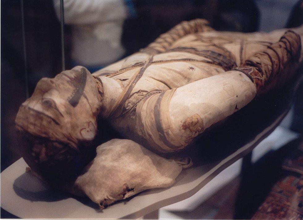 Mumie jiného starověkého Egypťana z Britského muzea v Londýně.