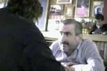 Na sérii repro snímků ze skryté kamery přebírá mladoboleslavský soudce Pavel Nagy úplatky od reportérů TV NOVA.