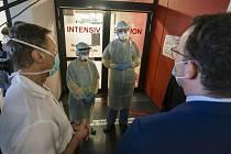 Německý ministr zdravotnictví Jens Spahn na návštěvě nemocnice (vpravo).