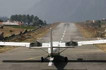 Letadlo Twin Otter společnosti Yeti Airlines se na archívním snímku připravuje ke startu na letišti v nepálském městě Lukla.