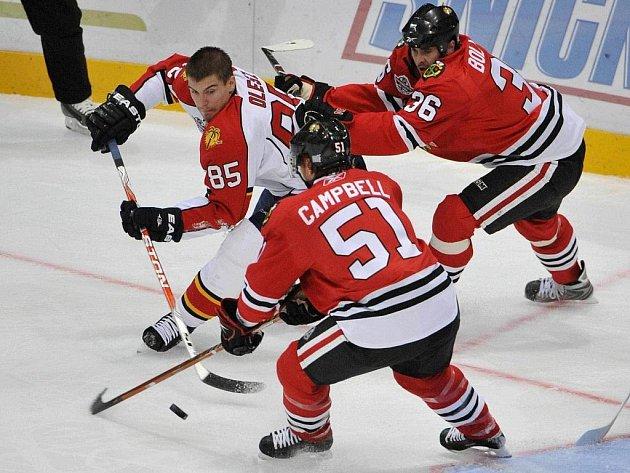 Hokejisté Chicaga Dave Bolland (vpravo) a Brian Campbell (vpředu) pronásledují Rostislava Olesze z Floridy v utkání NHL v Helsinkách.