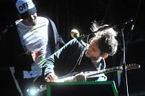 Kytarista Josh Klinghoffer a zpěvák Anthony Kiedis se skupinou Red Hot Chili Peppers vystoupili 27. srpna v Praze.