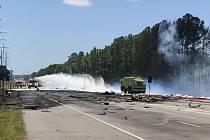 Ve státě Georgia se na silnici zřítilo vojenské letadlo.