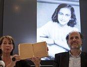 Teresien da Silvaová a Ronald Leopold z Anne Frank Foundation představili dvě nově rozluštěné strany z deníku Anny Frankové