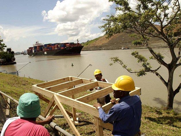 Loď v panamském průplavu.