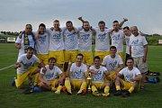 Takhle slavil FC Mukařov vítězství ve III. třídě na Mladoboleslavsku.