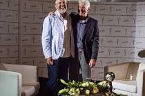 Americký herec Richard Gere (vpravo) byl 5. července v dějišti 50. ročníku Mezinárodního filmového festivalu Karlovy Vary před noční projekcí snímku Franny hostem televizní talk show Marka Ebena (vlevo) Plovárna.