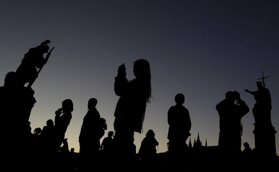 Lidé na Karlově mostě v Praze. Ilustrační snímek
