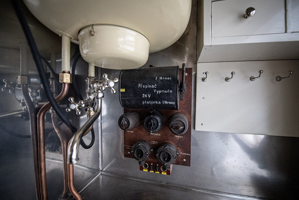 V depu Českomoravské železniční opravny probíhá rekonstrukce Slovenské střely, 21. dubna 2021 v Přerově. Kuchyň ve vlaku.