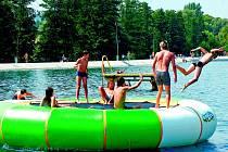 Při dbaní o bezpečnost během letního koupání nestačí jen držet hlavu nad vodou.